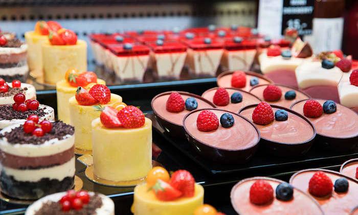 Disk med forfriskende desserter i regnbuens farger