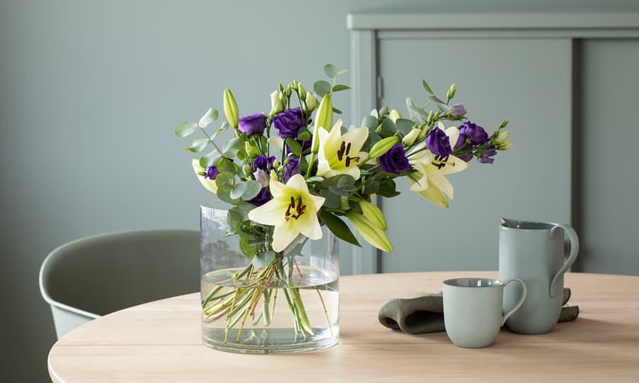Vase med en flott blomsterbukett