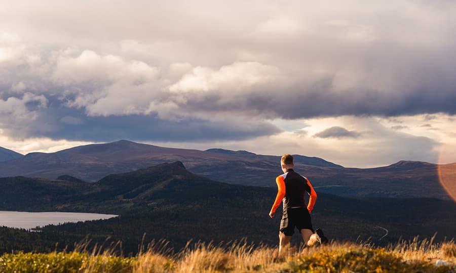 Mann på joggetur i den norske fjellheimen