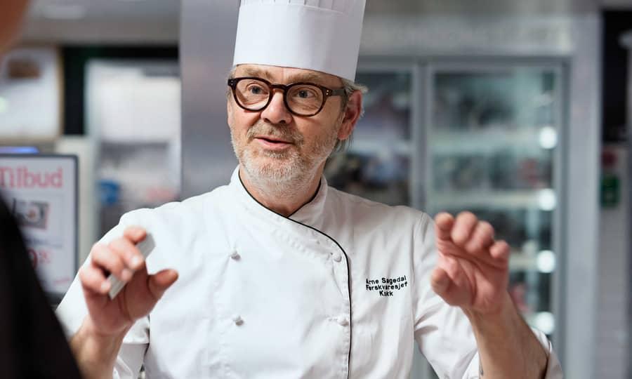 Kokk på Jacob's Majorstua som forteller entusiastisk om mat