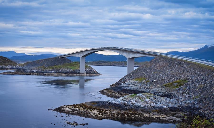 Norges langstrakte land med høye fjell og dype daler