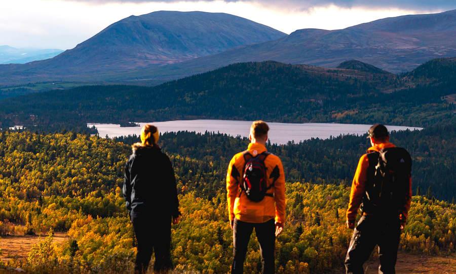 Nydelig norsk natur med vennegjeng som speider ut over landskapet