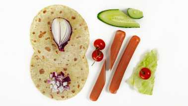 Skrell agurken, og ta ut frøene. Skjær i tynne skiver. Riv skallet fra ½ sitron, og skjær deretter sitronkjøttet grovt opp. Husk på å fjerne kjernene. Finhakk løken og hakk basilikum.