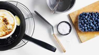 Varm opp en kjele med sukker og balsamico, tilsett blåbærene og la det koke raskt sammen til en kompott. Avkjøl kompotten.