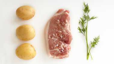 Kok potetene med dillstilker i lettsaltet vann. Spar en del av dillen til pynt.