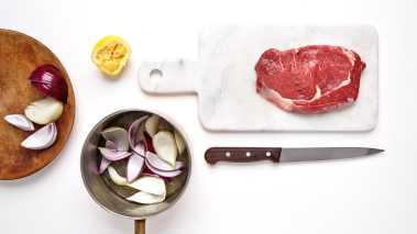 Skrell løken og del den i båter. Fres løkbåtene i litt olje i en gryte på komfyren, og tilsett honning og sitronsaft. Tilsett vann til halvveis opp på løkbåtene, og kok båtene møre under lokk i ca. 10 minutter. Ta av lokket og kok ned væsken til kraften begynner å tykne.   Smak til med salt og pepper.