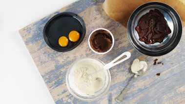 Smelt sjokoladen i vannbad eller i mikroen og avkjøl litt. Visp inn nugatti og eggeplommer og rør blandingen godt sammen. Vend sjokoladeblandingen i den lettvispede fløten og hell i små skåler. La moussen stå kaldt i minst 2 timer.