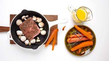 Brun fileten sammen med hele sjampinjonger og hvitløk, i en stekepanne med litt olivenolje og smør. Sett hele stekepannen inn i ovnen og stek kjøttet til det har en kjernetemperatur på 60–62 grader. Løft kjøttet ut av ovnen og la det hvile i ca. 5–10 minutter før du skjærer det opp.