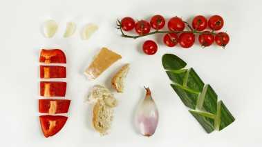 Skrell agurk, sjalottløk og hvitløksfedd. Skjær agurk, løk, loff, tomater og paprika i grove biter. Finhakk hvitløken.