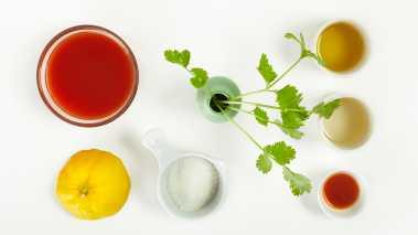 Bland olivenolje, eddik, tomatjuice, koriander, sitronsaft, tabasco og sukker. La grønnsakene marineres i blandingen i ca. 2 timer på et kjølig sted.