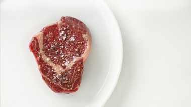 Salte og pepre kjøttet. Lag 4 pakker med løk (med skall) i folie. Plasser løkpakkene på grillen eller i ovnen på 200 grader. La løken bli myk. Det tar ca. 10 -15 minutter.