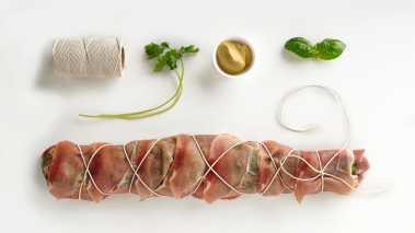 Legg skivene av bacon slik at de overlapper. Legg fileten oppå og rull sammen. Bind sammen med hyssing så baconet holdes på plass. Grill fileten, eller stek den ferdig i ovn på 120 grader, til den indre temperaturen er 60-62 grader. La fileten hvile i ca. 5 minutter før den skjæres opp.