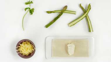 Varm ovnen til 200°. Legg butterdeigarkene på en stekeplate med bakepapir. Marker en cm kant på hvert ark med en knivspiss. Legg cremeost, Jarlsberg, persille, salt og pepper i en skål og rør om. Legg blandingen på deigen sammen med asparges. Pensle kantene på butterdeigen med vispet egg. Bak i 12-15 minutter eller til deigen blåses opp og er gyllen.