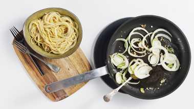Kok spagettien i saltet vann i 8-10 minutter til den er al dente. Hell av vannet, men spar på ca. 1 dl av kokevannet og hold dette varmt.
