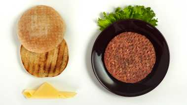 Grill hamburgerne 3-5 minutter på hver side. Legg sammen burgeren din som vanlig, med ost, løk og alt annet.   Tips: Server gjerne med litt Coleslaw.