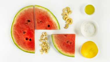 Skjær melonen i tykke skriver. Pensle skivene med litt olivenolje, og grill de i 2-3 minutter på hver side.