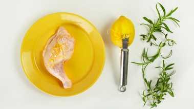 Legg kyllinglårene i en form. Riv skallet av den ene sitronen og press ut saften av begge. Hell skall og saft over lårene. Ha over olivenolje og hakket rosmarin. Salte og pepre.