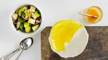 Fordel suppen på fire ildfaste skåler og skjær til fire butterdeigark som legges som lokk over suppen. Klem deigen rundt kantene og pensle med vispet egg og saltflak.  Stek i ovnen til butterdeigen er hevet, sprø og gyllenbrun.