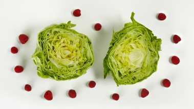 Skyll salathodene og del dem på midten.