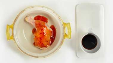 Sett ovnen på 220 grader. Del lårene i leddet og legg de i en form, tilsett den sursøte sausen og soyasausen. Masser det inn i kyllinglårene. Stek i ovnen ca. 35 - 40 minutter.