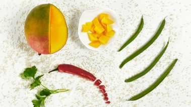 Skrell mangoen, og skjær den i små terninger.