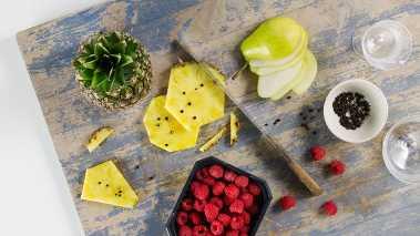 Skrell og skjær frukten i tynne skiver (bruk gjerne mandolin), anrett skivene med friske bringebær på et fat og kvern litt sort pepper over. Server sammen med sjokolademoussen.
