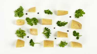 Mos poteter med en gaffel, hell på vannet og bland inn persille og gressløk. Visp inn olivenolje og smak til med salt, svart pepper og litt sitron.