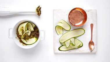 """Ha noen skjeer med """"pesto"""" i squashen og bland det godt sammen (du bestemmer selv hvor mye pesto du vil bruke). Legg squashen opp på et fat og server f.eks. til grillet kjøtt eller kyllingfilet."""