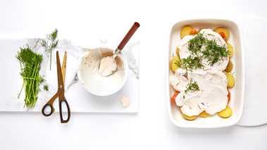 Grovriv squashen og hakk mynten. Legg alt i en bolle. Bland i kesam eller yoghurt, samt honning. Rør sammen, og smak til med salt og pepper.