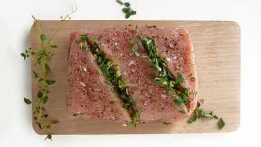 Skjær to snitt på langs av fileten, fyll dem med urter, salte og pepre. Før kjøttet legges på grillen må det pensles med litt olivenolje slik at det ikke brenner seg fast på risten. Grill med lokket lukket på svak varme i ca 30 minutter. Alternativt kan kjøttet legges på aluminiumsfolie eller i en ildfast form. Kjernetemperatur skal være 70°.