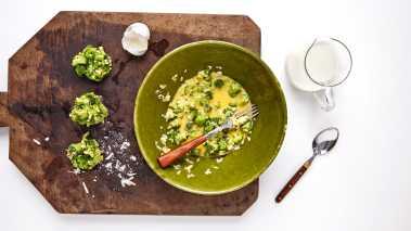 Skjær brokkolien i små biter. Lag frityrrøre ved å røre sammen egg, mel og parmesan, og vend brokkolibitene i røren. Krydre med salt og pepper. Form massen til små kaker før steking.