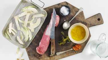 Sett ovnen på 175°. Bland marinaden til grønnsakene, legg grønnsakene i en stor ildfast form og vend dem i marinaden.