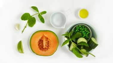 Skrell agurk og melon, skjær i små biter og bland alt i en mikser, bortsett fra olje og mynte.