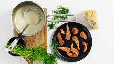 Hell i asparges og lake fra boksene og tilsett kremfløte og melk. La det koke i 10-15 minutter. Smak til suppen med salt og sitronsaft og bruk stavmikser til den er helt glatt. Skjær laksefileten i tynne skiver og tilsett salt og pepper. Finhakk dillen.