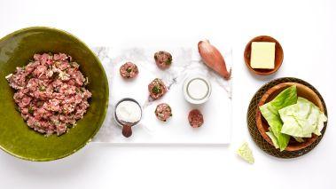 Form til små boller. La kjøttbollene koke sakte i 4–5 minutter i kålvannet. De flyter opp når de er ferdige.
