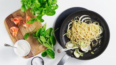 Skjær fennikelen i tynne skiver og hakk hvitløken. Stek sam- men i olivenolje i en kjele. Snu spagettien i fennikelblandin- gen og tilsett litt av kokevannet.