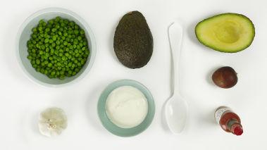 Del avokadoene, fjern steinene og ta ut fruktkjøttet. Bland avokado, erter, yoghurt og olivenolje med en stavmikser. Press og bland inn hvitløken. Smak til med salt og tabasco.