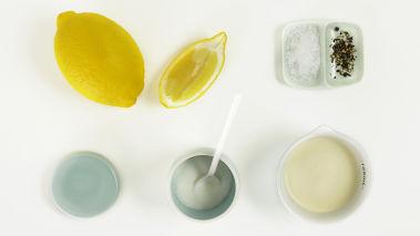 Rør sammen ingrediensene til dressingen, pisk til fløten tykner. Smak til med salt og pepper.