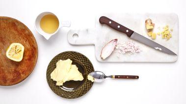 Rør smøret mykt, og tilsett finhakket løk og ingefær. Smak til med eddik, salt og pepper.