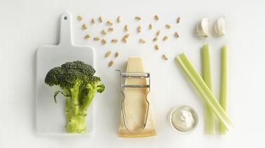 Brokkolipesto: Miks alle ingrediensene i en blender og la den gå til det blir en myk masse. Smak til med salt og pepper.