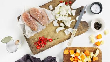 Skrell og skjær rotgrønnsaker og løk i store terninger. Fjern frøene fra chilien og skjær den i tynne skiver.