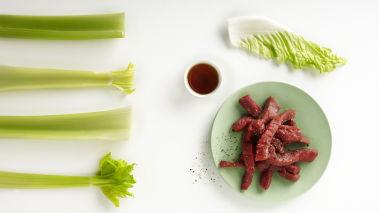 Skjær flatbiffen i strimler. Snitt kålen og sellerien. Fjern frøene i chilien og finhakk den.