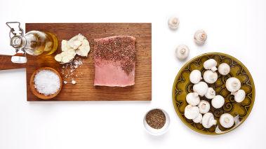Sett ovnen på 150 grader. Tørk av svinefileten, salt den og gni den lett inn med olivenolje. Rull den deretter i knust pepper.