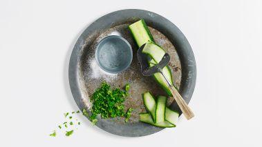 Skjær agurken i tynne skiver. Bland laken og hell den over agurkskivene i en skål. Sett agurken i kjøleskap under lett press i ca. 30 minutter slik at smakene får utvikle seg.
