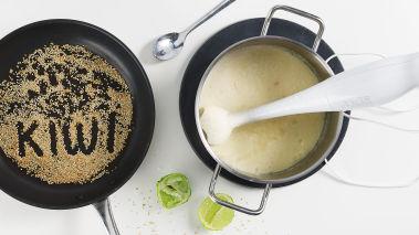 Stek blomkål, løk og chili i olivenolje i en kjele og tilsett melk og vann. Kok opp suppen og la det koke i ca. 15 minutter til alt er mørt. Rist sesamfrøene lett i en varm stekepanne og sett til side.