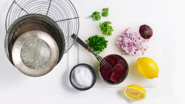 Finhakk rødløk og persille og hell væsken av rødbetene. Bland alt i en skål og smak til med sitron, olivenolje, sukker, salt og pepper.