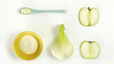 Skjær fennikel og eplene i tynne strimler med en skarp kniv eller en mandolin. Legg i en skål.