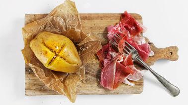 Sett ovnen på 200°. Skyll eller børst av potetene. Tørk med papir og skjær et kryss i toppen eller stikk flere hull i potetene med en gaffel. Bak potetene på full effekt i mikroen i ca. 10-12 minutter og bak de ferdige i ovnen i 20 minutter til de er møre. (Hvis du bruker bare ovn, blir steketiden ca. 55-60 minutter.)