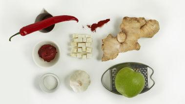 Bland ingrediensene til kimchisausen. Varm opp en stekepanne med litt olivenolje, wok kålen raskt og tilsett kimchisausen. Stek et par minutter til kålen er blitt litt mykere, men fremdeles er spenstig.