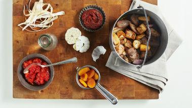 Rist mandlene i en stekepanne med litt salt og olivenolje. La mandlene kjøle seg ned før de grovhakkes.